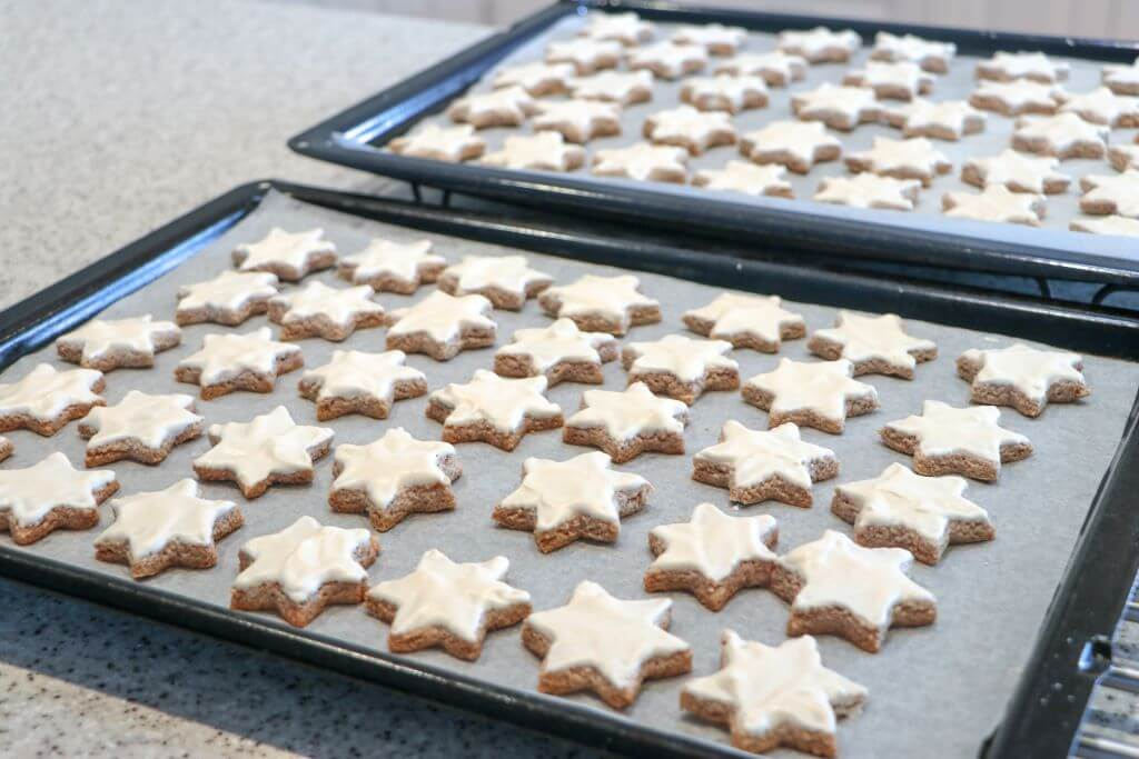 Two trays of six-pointed Zimtsterne (Cinnamon Stars). Photo source: Judith Salecich 2020.