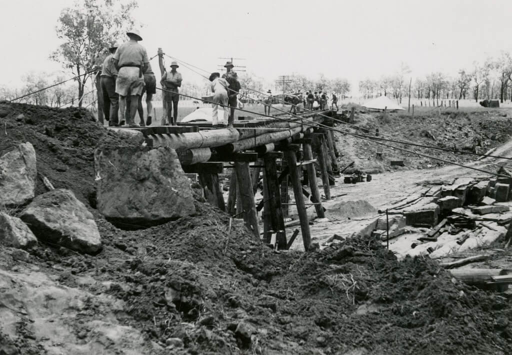 1956. Repairing the Medway Creek rail bridge after flood damage, just four years prior to the Midlander crashing through the same bridge. Photo source: Queensland State Archives. Public domain.