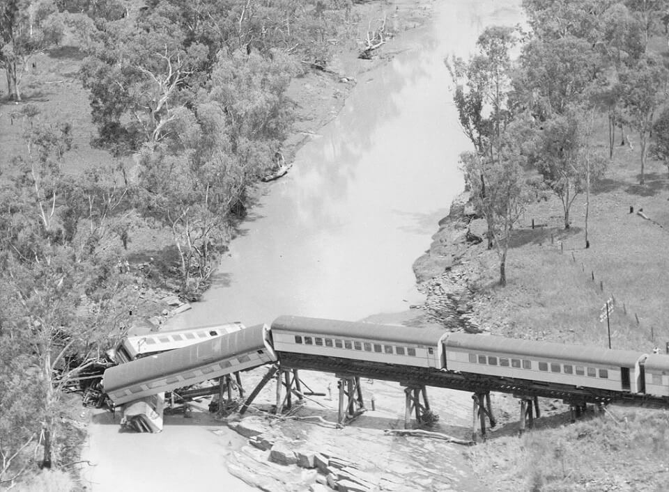 1960. Aerial view of the flooded Medway Creek and the Midlander crash site. Photo source: Queensland State Archives. Public domain.