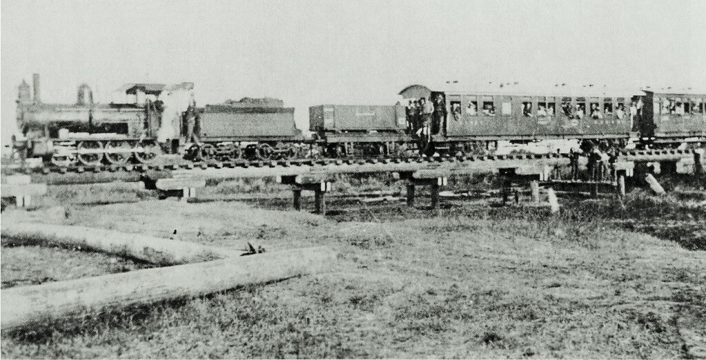 September 1913. Engine No. 1 with the first train to arrive at Aramac. Photo source: State Library of Queensland. Public domain.