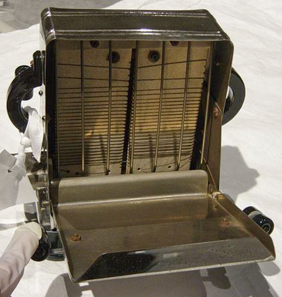 1947-48 electric toaster - Sunshine Electrix. Photo source: Museums Victoria. Copyright Museums Victoria. Used according to CC Attribution 4.0 International licence.