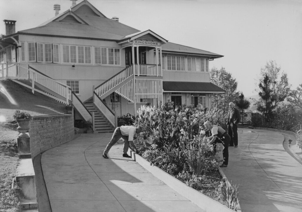 Undated. Kingshome, located on Swann Road, Taringa, was a home for ex-servicemen. It housed 64 men, each in their own room. The property had extensive grounds and was able to have 10 dairy cows, a large poultry run and an extensive vegetable garden to supply residents with fresh food. Photo source: State Library of Queensland. Public domain.
