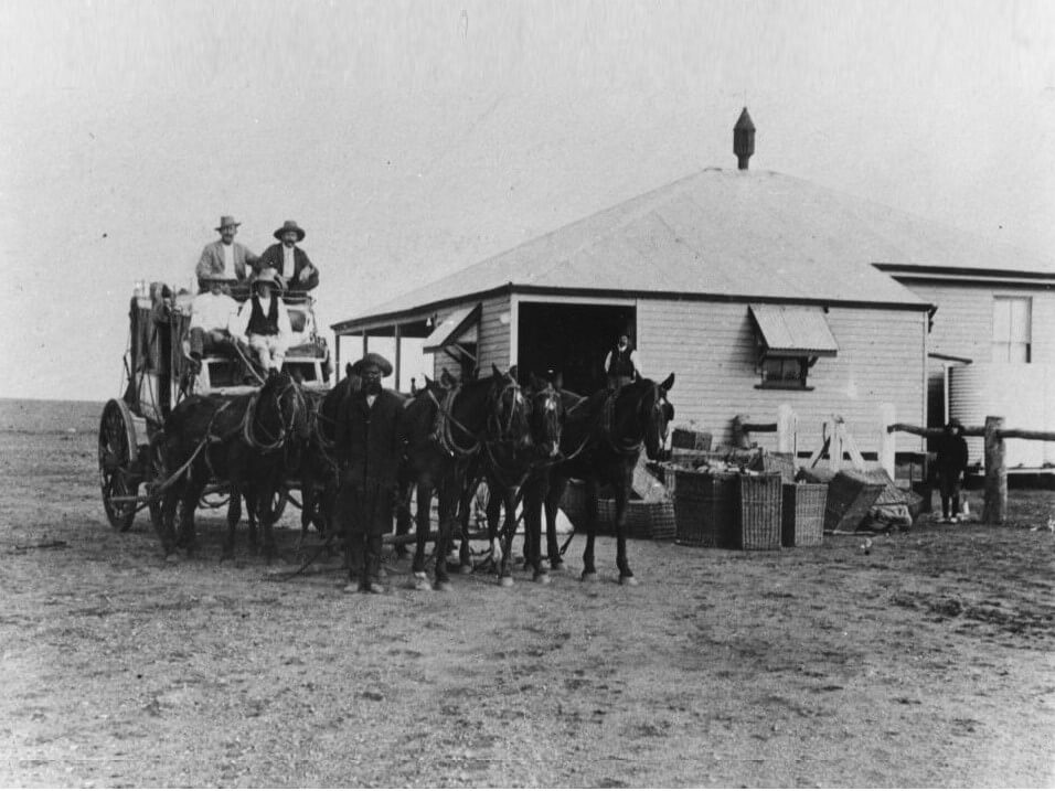 c. 1905. Cobb & Co coach in front of the Boulia Post Office. Photo source: State Library of Queensland. Public domain.